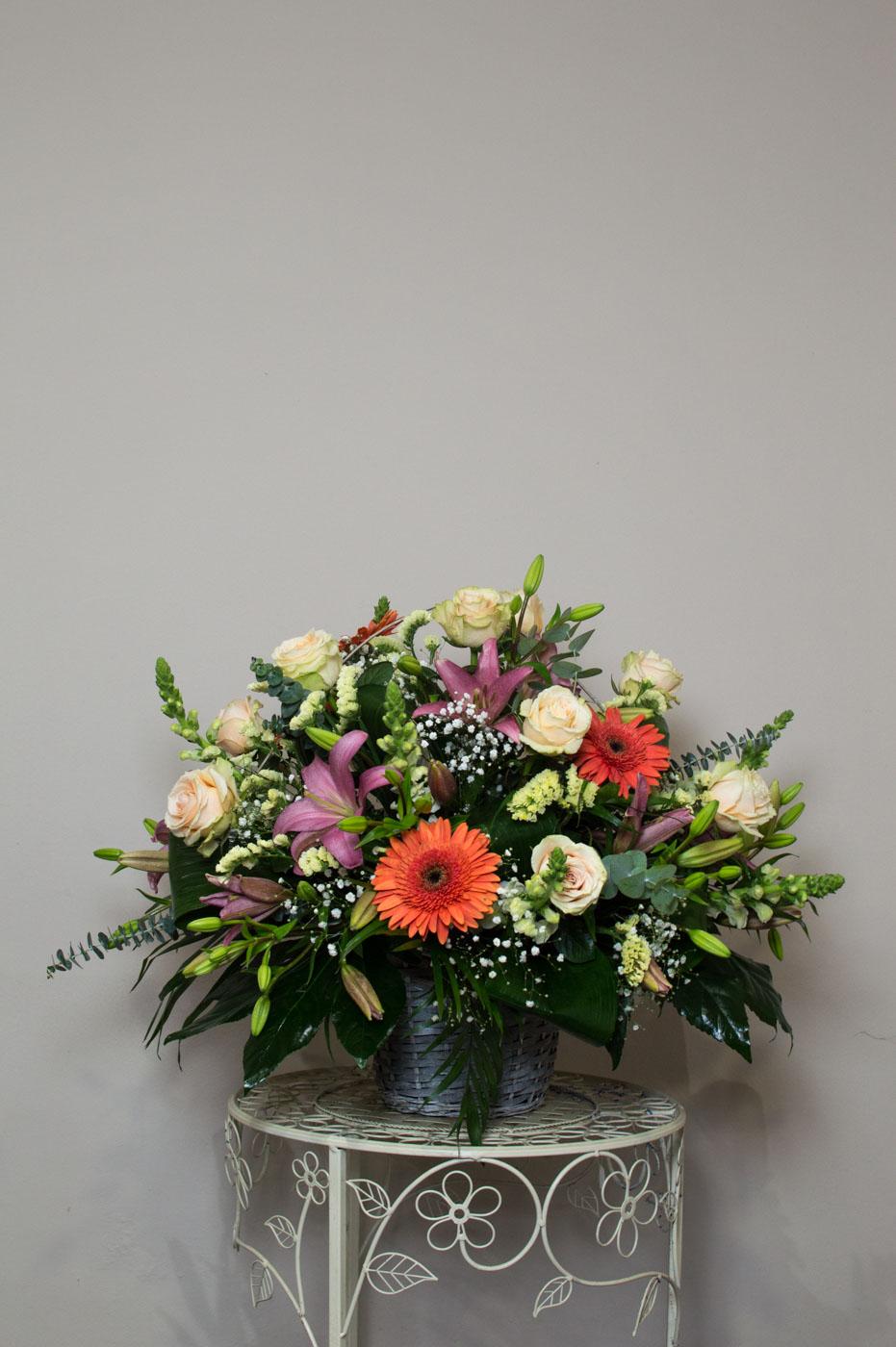 Cesta de flores variadas - Funeraria La Paz Verín